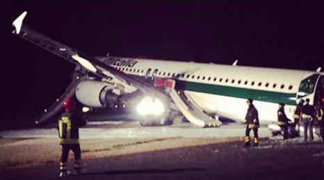 A320 Alitalii lądował bez podwozia