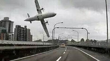 ATR tuż po starcie spadł do rzeki [FILM]
